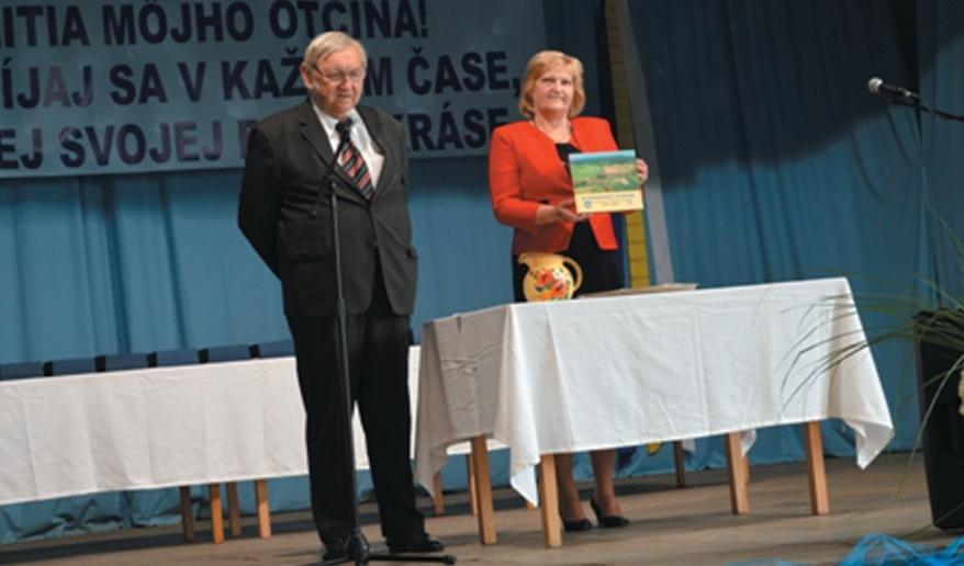 b6ae89589 Krst knihy o obci - zostavovateľka Eva Plačeková, Dis. a krstný otec p.  Ivan Remeň - bývalý starosta obce Nitrianske Streda
